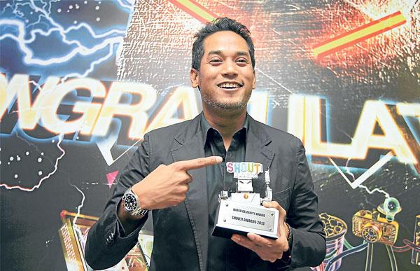 Khairy Jamaluddin Menang Anugerah Di Shout Awards 2013